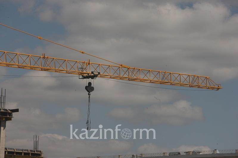 Алматының орталығында салынып жатқан тұрғын үй кешенінің құрылысы тоқтады