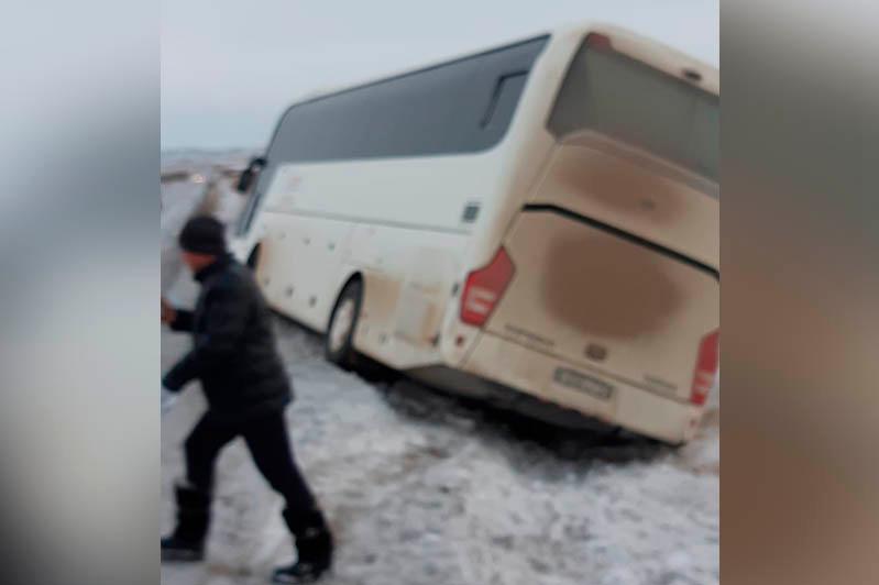 Қарағанды полицейлері жол шетіне шығып кеткен автобустың 42 жолаушысын құтқарды