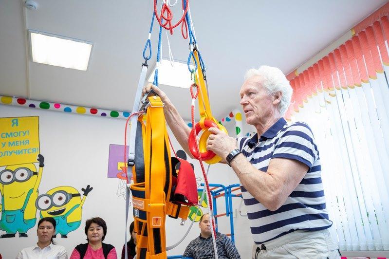 Тренажер для детей с ДЦП подарили актюбинскому реабилитационному центру