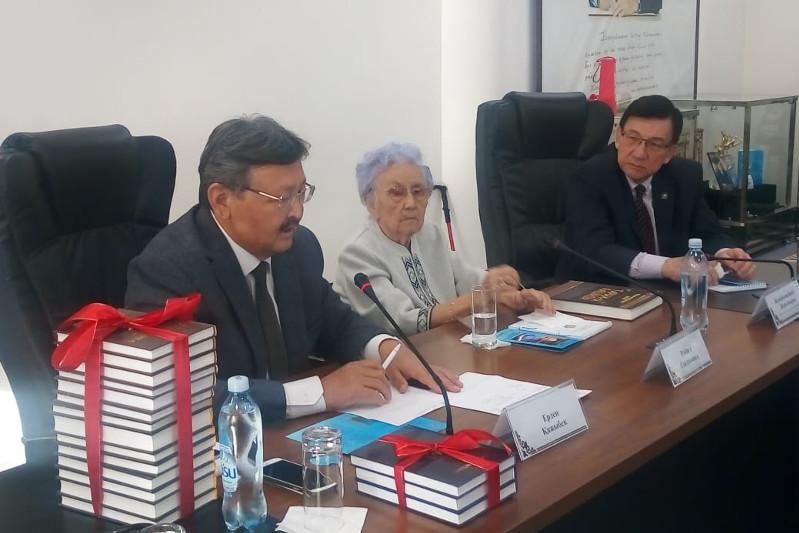 Многотомные произведения известного ученого Рабиги Сыздык презентовали в Алматы