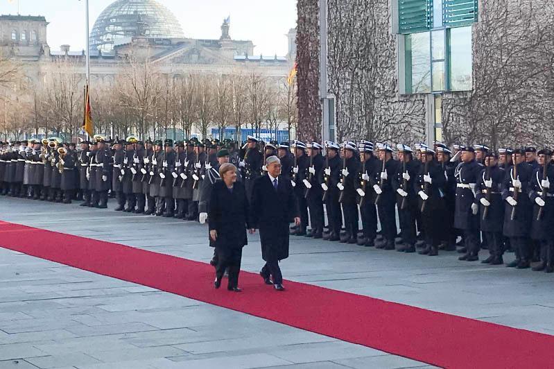 托卡耶夫同德国总理默克尔举行会晤