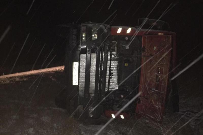 Павлодар облысында кондитерлік өнімдер таситын жүк көлігі аударылып қалды
