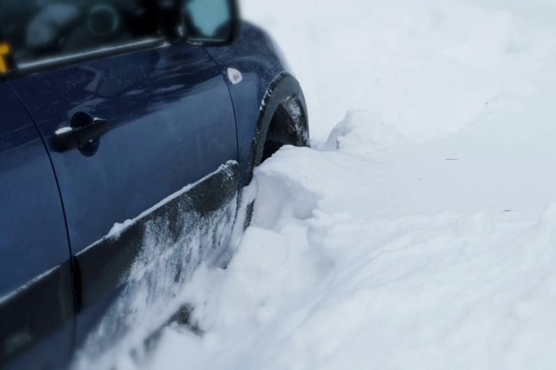 Снежный затор: троих человек эвакуировали с трассы в Акмолинской области