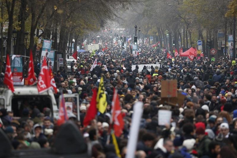 Во Франции бастующих против пенсионной реформы разгоняют слезоточивым газом