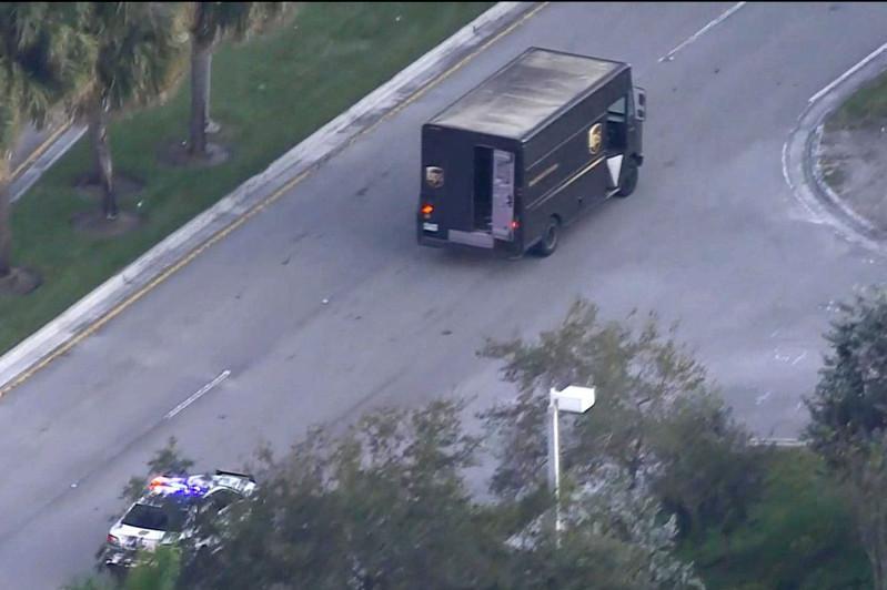 美国佛罗里达州警察与劫匪交火致4人死亡