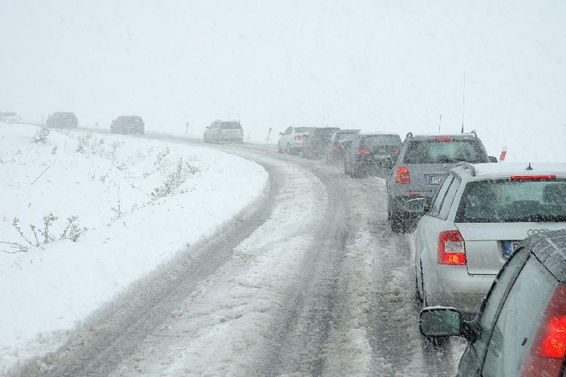 Около 20 автомобилей застряли в снежных заносах вблизи столицы