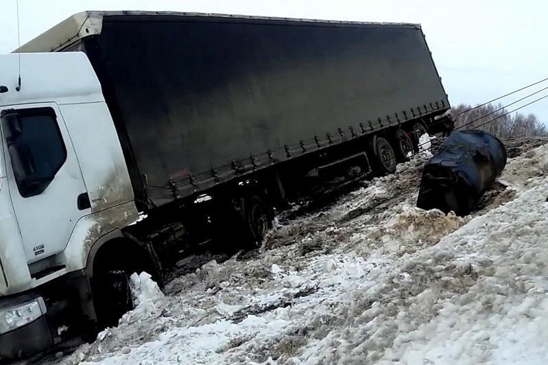 Полицейские и дорожные службы помогли водителю, съехавшему в кювет в Акмолинской области