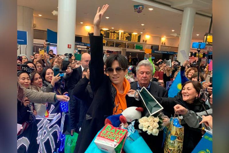 Фанаты, флаги и цветы: Димаш Кудайберген прибыл в Нью-Йорк