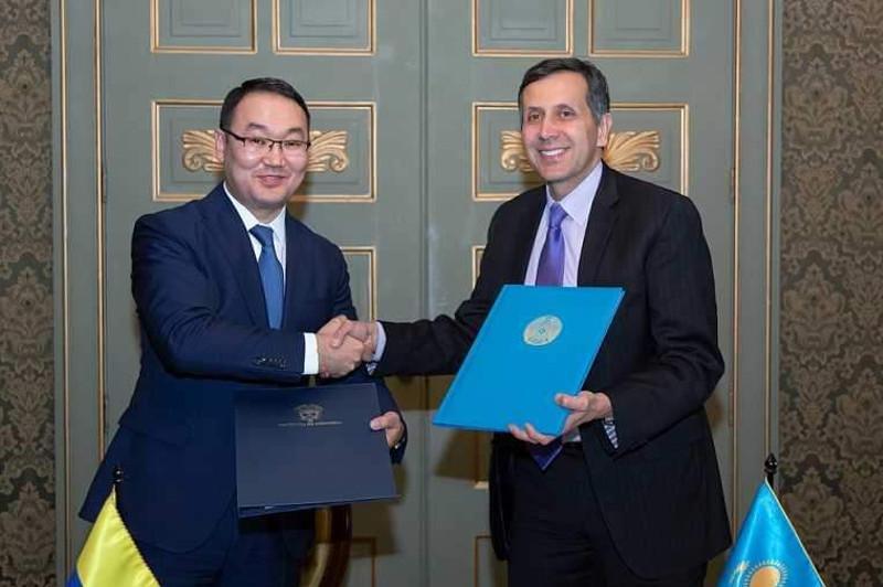 哈萨克斯坦与哥伦比亚签署公务护照相互免签协议