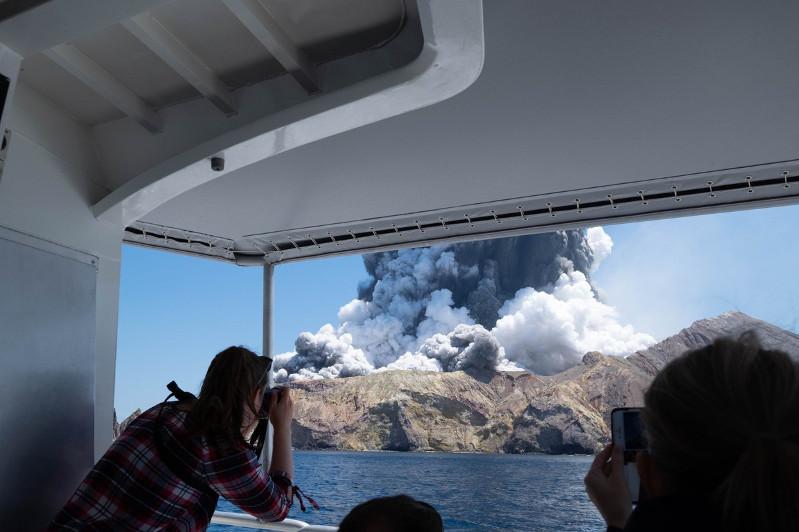 新西兰怀特岛火山爆发 已造成5人死亡多人失踪
