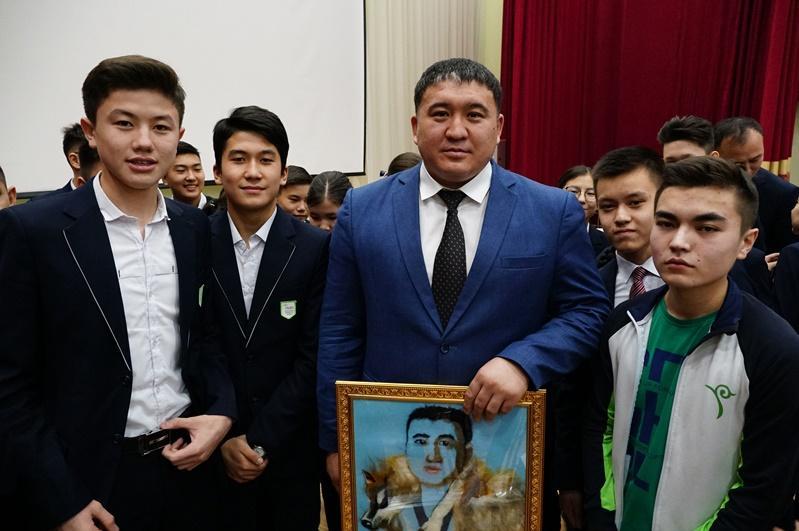 Портрет из шерсти подарили Айбеку Нугымарову школьники Семея