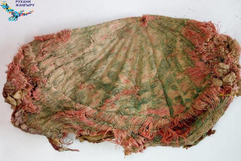 Күлтөбе қалашығында матадан тігілген ескі бас киім табылды
