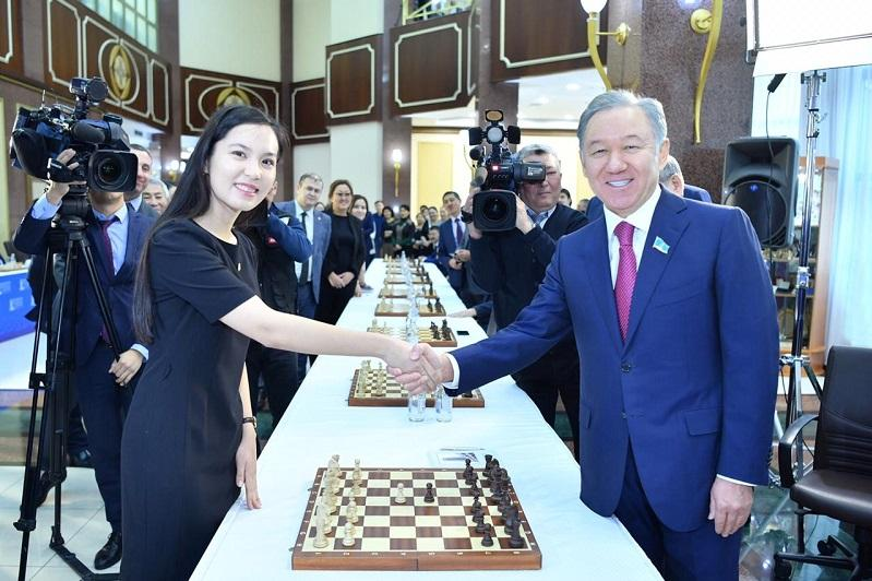 Мажилисмены сыграли в шахматы с Динарой Садуакасовой