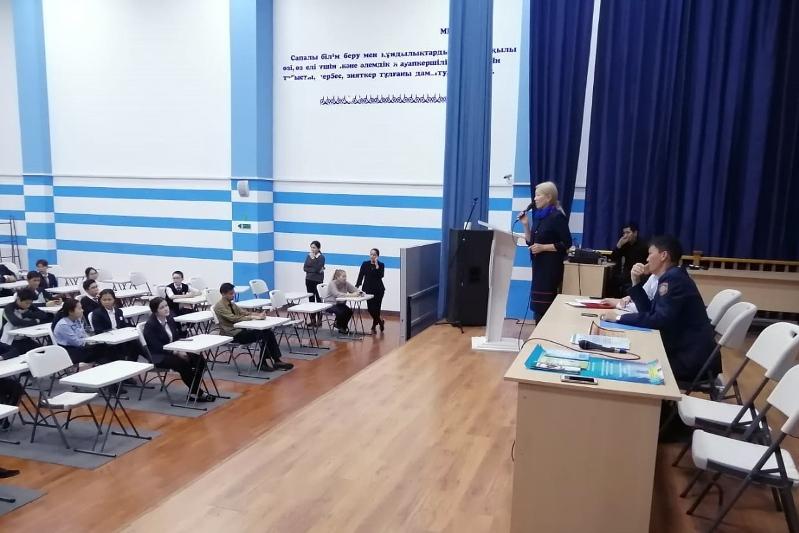 Shymkenttik polıtseıler Nazarbaev zııatkerlik mektebiniń oqýshylarymen kezdesti