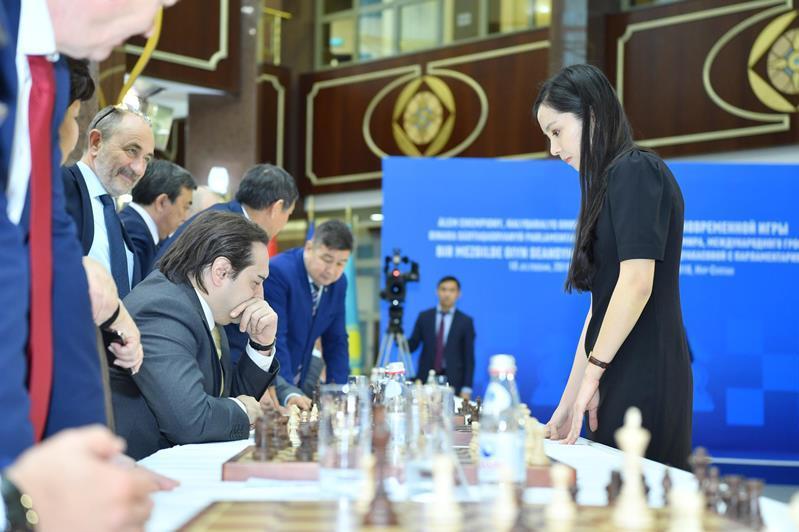 В Мажилисе определили лучших в шахматном поединке с Динарой Садуакасовой