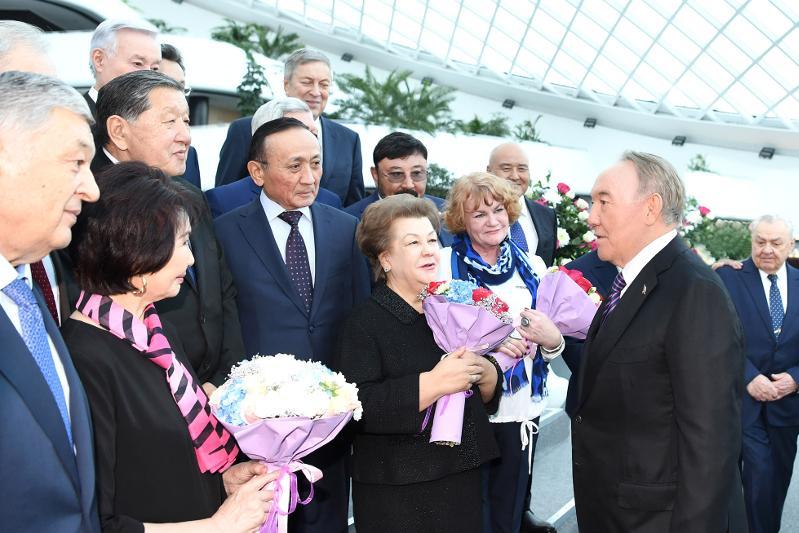 Нурсултан Назарбаев встретился с первостроителями столицы