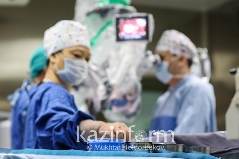 Алматы кардиологтары жүректі тоқтатпай күрделі ота жасады