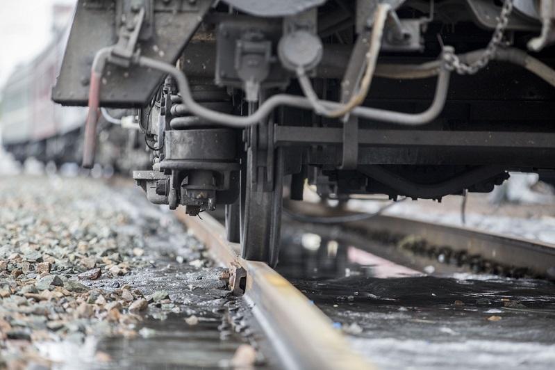 Грузовик застрял перед движущимся поездом на участке Караганда-Сортировочная  - Нур-Султан