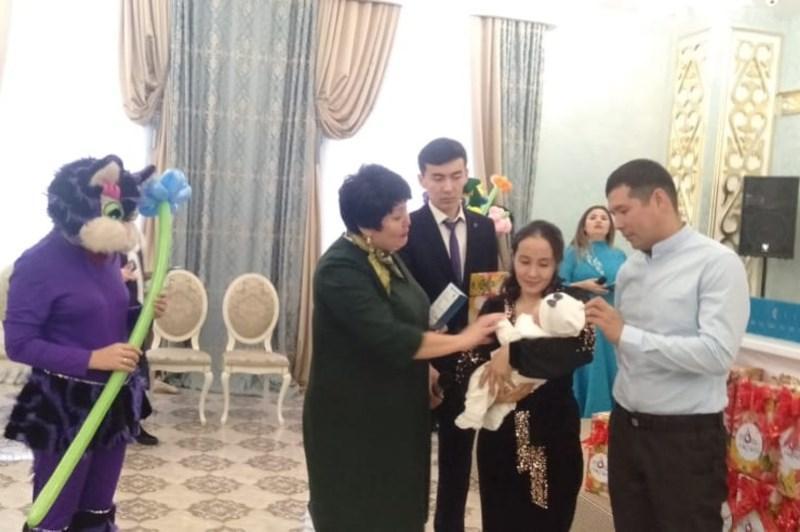 20 малышей в Актобе получили свидетельства о рождении ко Дню независимости