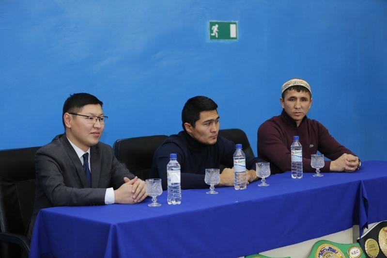 Непобежденные казахстанские боксеры встретились в Атырау с болельщиками