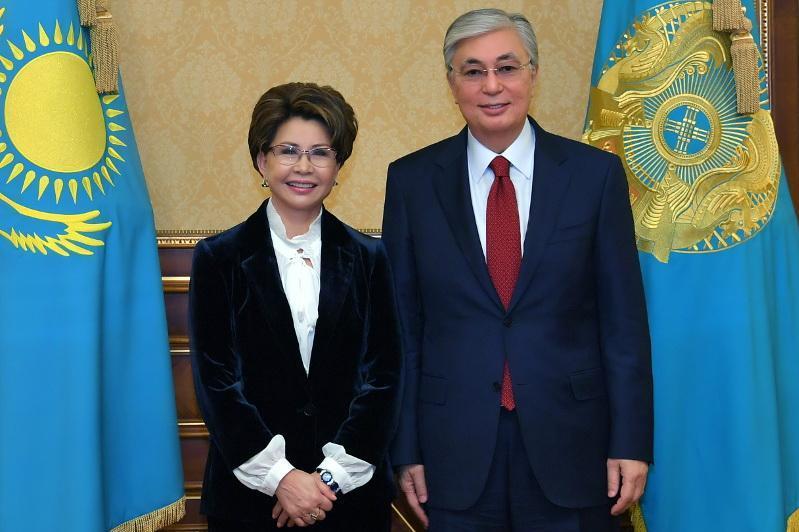 托卡耶夫总统接见功勋艺术家热姆巴耶娃
