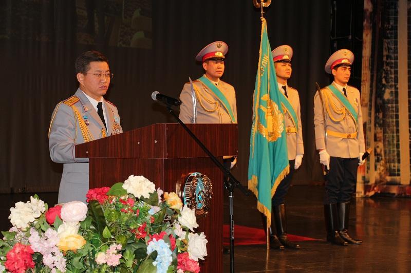 В Нур-Султане чествовали героев-полицейских, спасших инвалида I группы во время взрыва в Арыси
