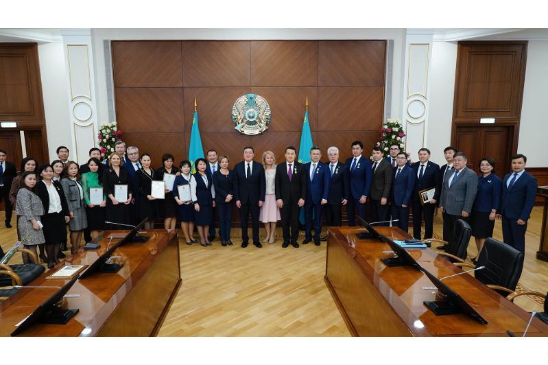 Аскар Мамин вручил государственные и партийные награды ко Дню Независимости