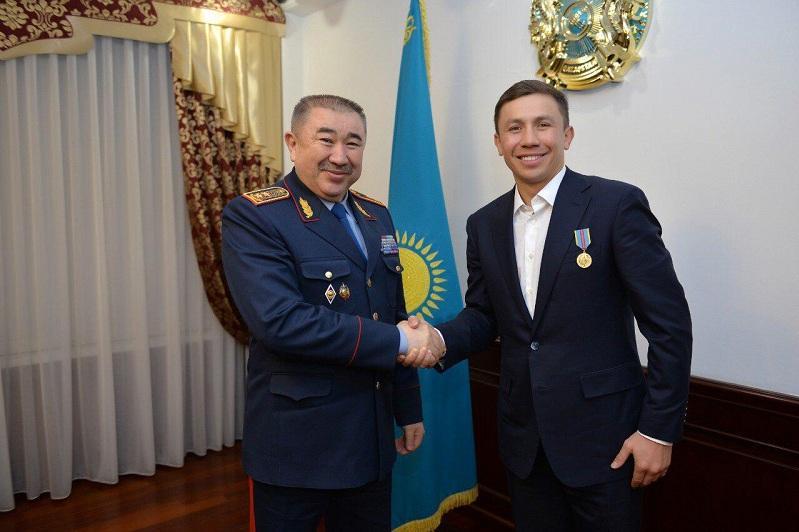 内务部长向拳王戈洛夫金颁发奖章