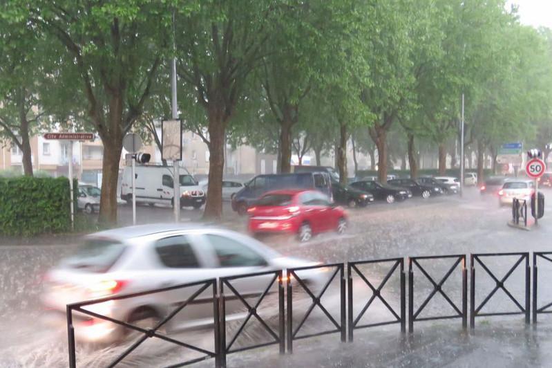 Францияда дауыл салдарынан 110 мыңнан астам үй жарықсыз қалды