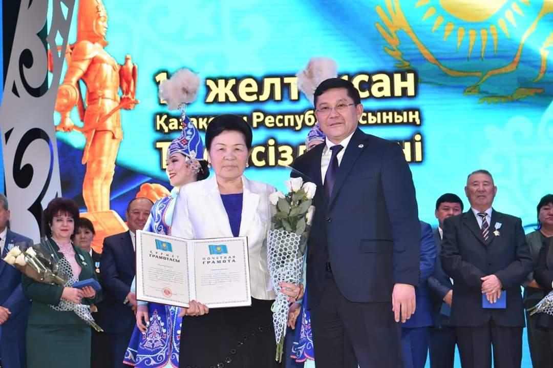 Спасшую ребенка пенсионерку наградили в Шымкенте