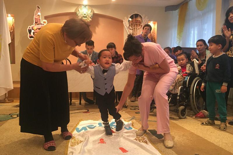 Обряд «Тусау кесер» провели двум особенным детям в Алматы
