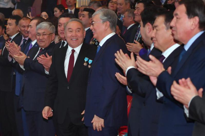 托卡耶夫和纳扎尔巴耶夫共同出席独立日庆典晚会