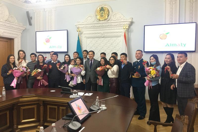 Аким Алматы вручил ключи от квартир работающей молодежи