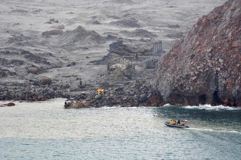 新西兰火山喷发14人死:确认遇难者身份 搜寻2名失踪者