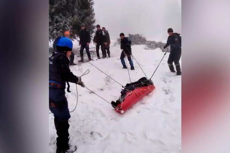 Спасатели на носилках спустили девушку в горах близ Алматы