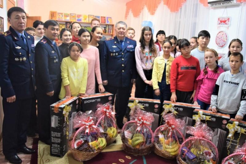 Экскурсию подарили полицейские воспитанникам детской деревни в Атырау