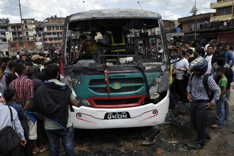 尼泊尔一客车坠崖致14人死亡