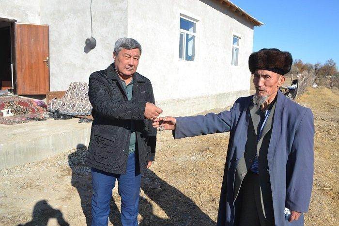 Қызылордалық кәсіпкер ауыл қариясына үй салып берді