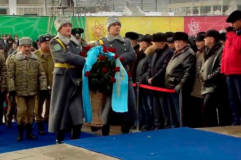 Almaty lays flowers to Independence Monument