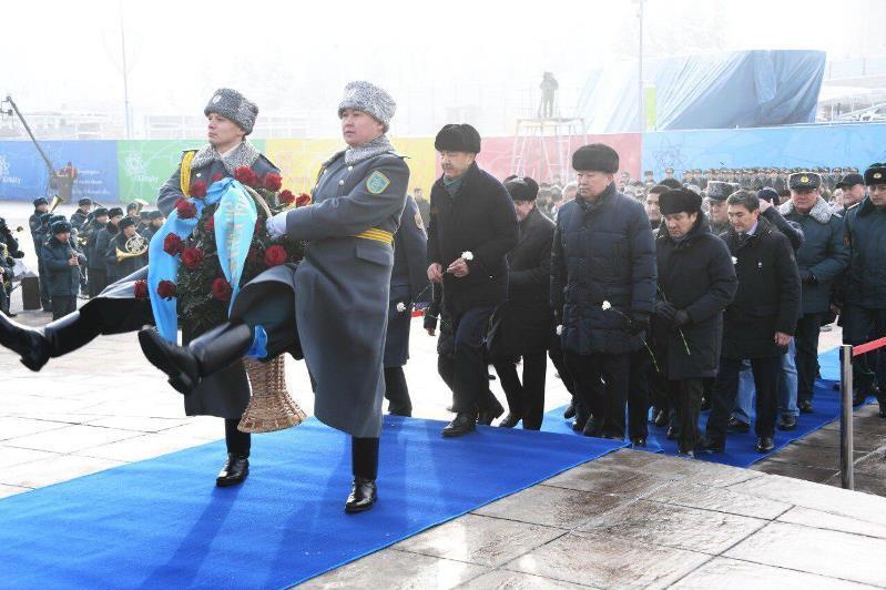 Almatylyqtar Táýelsizdik monýmentine gúl shoǵyn qoıdy