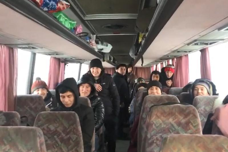 Ақтөбе полицейлері бұзылып қалған автобустағы 50 өзбекстандықты құтқарды