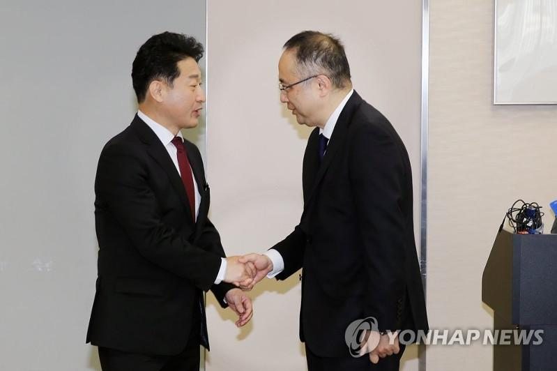 S. Korea, Japan begin high-level talks over trade war