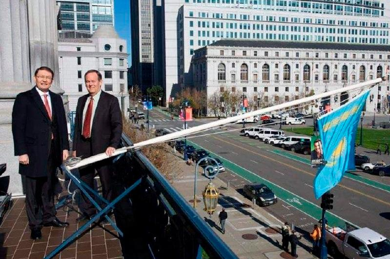 Над мэрией Сан-Франциско подняли флаг Казахстана