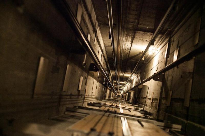 Женщина упала в шахту лифта и погибла в Павлодаре