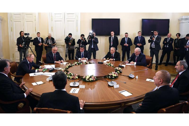 Нурсултан Назарбаев принял участие в неформальной встрече лидеров стран СНГ