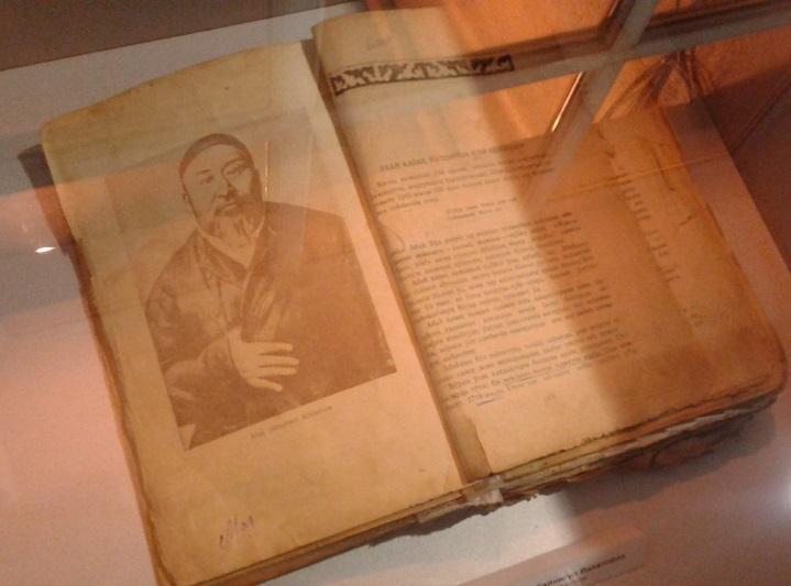 Книгу 1948 года о великом поэте подарили жители Семея музею Абая