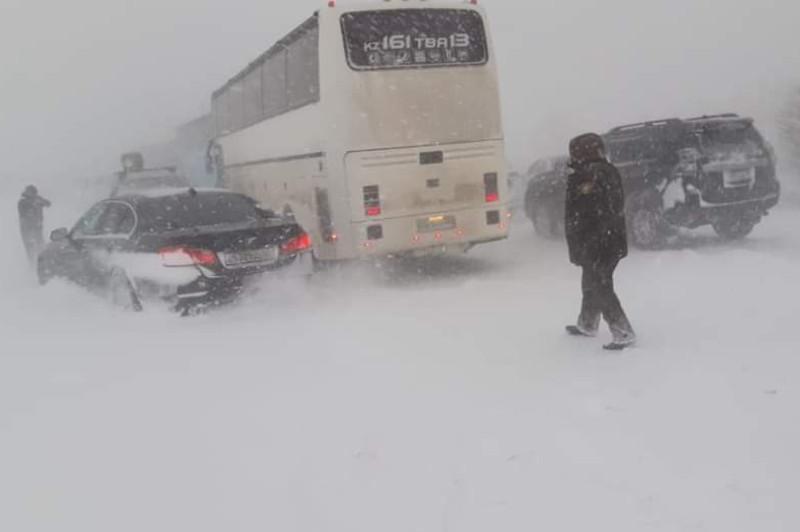Свыше 200 авто стали заложниками снежной стихии на трассе в Туркестанской области