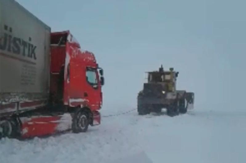 Двух граждан Турции спасли на трассе в непогоду в Акмолинской области