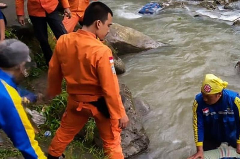 印尼巴士坠山沟事故死亡人数增至26