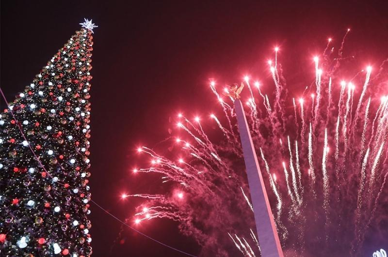 卡拉干达举行新年枞树点亮仪式